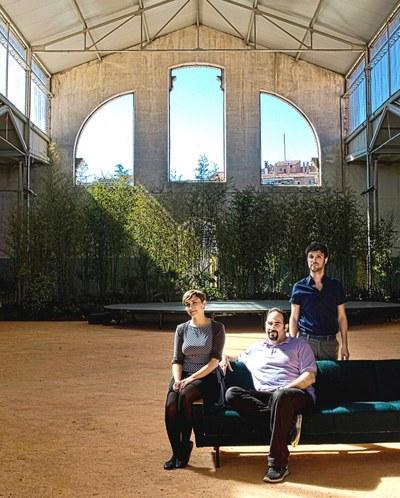 Los arquitectos María Langarita y Víctor Navarro (derecha), en el centro Many Amari, uno de los fundadores de la iniciativa.