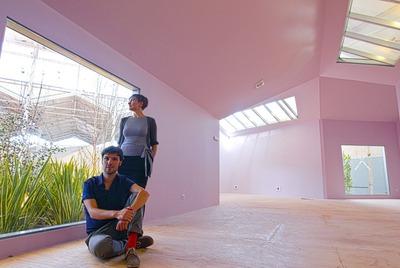 Los arquitectos María Langarita y Víctor Navarro en un estudio.