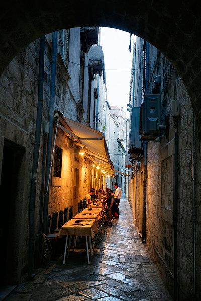 Una terraza en una calle del centro medieval de Dubrovnik (Croacia).