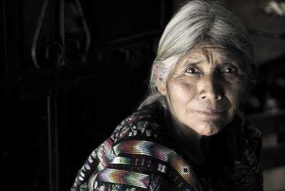 Víctimas, testigos y supervivientes del feminicidio que el Ejército guatemalteco cometió durante la dictadura de Ríos Montt. Jacinta.cometió durante la dictadura de Ríos Montt. De arriba abajo, Jacinta, María Toj (pañuelo rojo) con su nieta y María Castro.