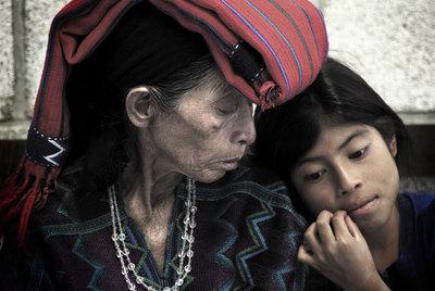 María Toj, víctima y testigo de las agresiones, junto a su nieta