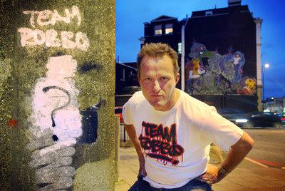 El grafitero Choci-Roc, ante la obra de Banksy que machacó