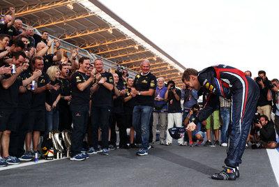 Sebastian Vettel, tras su décimo triunfo, corresponde a los aplausos de su equipo.