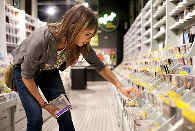 Claudia Bassols en la tienda de discos Castellò de Barcelona.