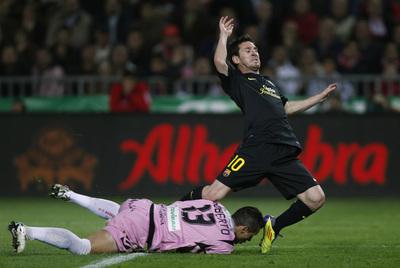 Roberto atrapa la pelota arrojándose a los pies de Messi.
