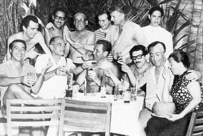 Acapulco, 1965: Gabriel García Márquez (con gafas, sentado), Luis Alcoriza, sentado a la izquierda, y, a su derecha, Luis Buñuel.