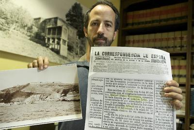 El investigador Castor Castro Vicente con prensa que trata de la muerte de Manuel Blanco Romasanta.