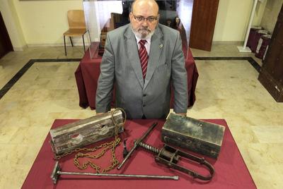 El comisario de la exposición sobre instrumentos de tortura y muerte en la Universidad Camilo José Cela, Francisco Pérez Abellán.