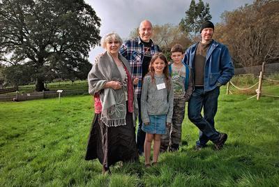 Emilia, sus hijos Duncan y Benjamin (con gorro), y sus nietos Milo y Ella aumentaron su nómina de 'parientes' cuando compraron el Dartmoor Zoo, en Inglaterra.