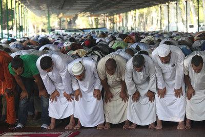 Fieles musulmanes rezan en un pabellón de Lleida al finalizar el último ramadán.