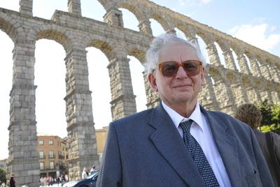 El historiador Géza Algöldy, junto al acueducto de Segovia.