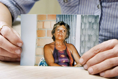 Un familiar de Carmen Mesa muestra una fotografía de esta.