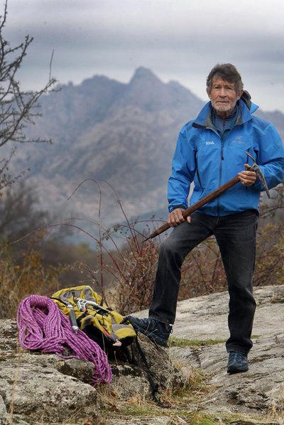 Carlos Soria sostiene un piolet de 1973, con el que participó en la primera expedición española al Himalaya. Al fondo, la Sierra de Guadarrama, donde se enamoró de la montaña a los 14 años.
