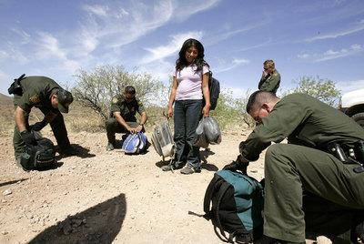Imagen de 2006 de la captura de una mujer que intenta entrar a EE UU por el desierto de Arizona.