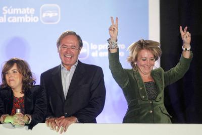 Esperanza Aguirre salta ante la petición de los simpatizantes populares congregados en el Congreso.