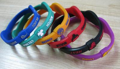 Las pulseras no son los únicos adornos que venden salud para todos.