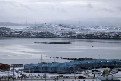 La población de Iqaluit, en el Ártico canadiense, a orillas de una bahía que se congela completamente en invierno.