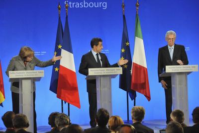 Angela Merkel, a la izquierda, y Nicolas Sarkozy, en el centro, ceden la palabra al primer ministro italiano, Mario Monti, en la reunión de ayer en Estrasburgo.
