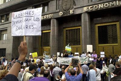 Ciudadanos argentinos exigen la devolución de los depósitos atrapados en el  corralito , en febrero de 2002.