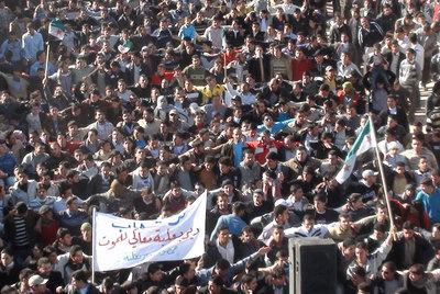 Manifestantes sirios contra Bachar el Asad, el domingo en Deir Balaba, cerca de Homs, la ciudad con más protestas. La pancarta dice: