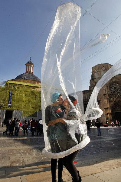 CONDONES GIGANTES CONTRA EL SIDA