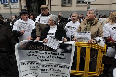 Concentración de afectados por adopciones irregulares y robo de niños ante la Fiscalía General del Estado, el pasado 27 de enero. Ese día, ANADIR presentó una denuncia colectiva ante la fiscalía.