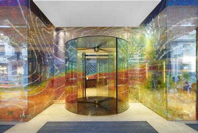 Googlegrama  del artista Joan Fontcuberta a las puertas del hotel Meridien, en Barcelona.