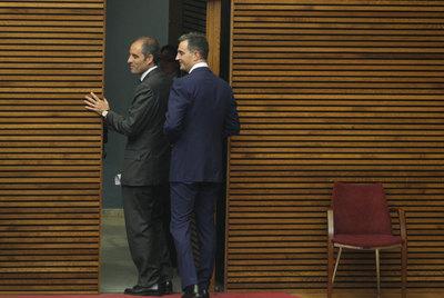 Francisco Camps, expresidente de la Generalitat Valenciana, seguido de Ricardo Costa, anterior secretario general del Partido Popular en la misma comunidad, tras asistir a un pleno de las Cortes valencianas en mayo de 2009, cuando ambos ocupaban sus cargos .
