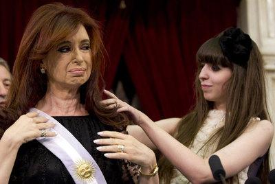 Florencia Kirchner pone la banda presidencial a su madre.