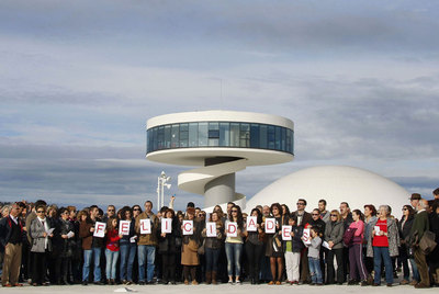 La grabación de un vídeo de felicitación para Oscar Niemeyer por su 104 cumpleaños en la que participaron cientos de personas fue la última actividad del centro.
