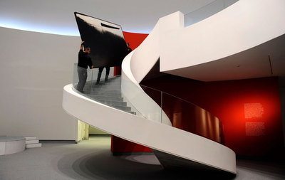 Operarios retiran una obra de Hugo Fontela de una de las últimas exposición con el actual equipo de gestión del Centro Niemeyer