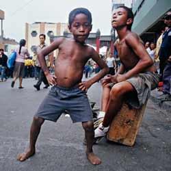 Dos pequeños hermanos en el barrio chino de Lima