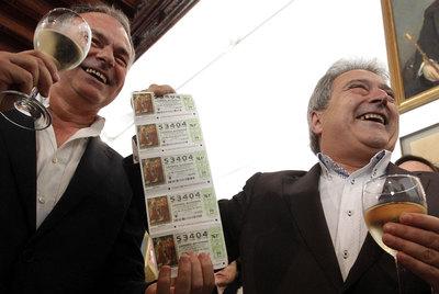Alfonso Rus, presidente de la Diputación y del PP de Valencia, muestra los décimos del segundo premio.