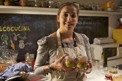 Lisa Casali en la cocina de su casa, el laboratorio donde pone en práctica sus teorías de gastronomía ecológica.