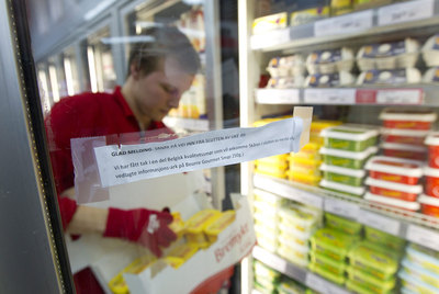 Un empleado repone mantequilla en las estanterías de un supermercado de Oslo.