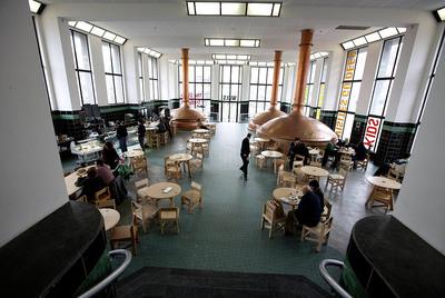 El  hall  y el bar restaurante del Wiels, centro de arte contemporáneo de Bruselas.