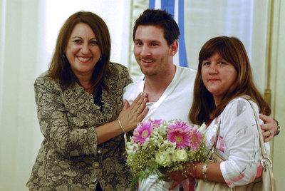 Messi, entre la alcaldesa de Rosario y su madre (a la derecha) al ser