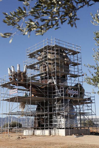 Estatua inspirada en Carlos Fabra en el aeropuerto de Castellón.