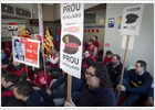 Funcionarios de prisiones y 'mossos' desafían los recortes de Mas
