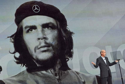 Captura de CBS en la que se ve al presidente de Mercedes bajo un retrato de Che Guevara, al que le han cambiado la estrella de cinco puntas de la boina por el emblema del fabricante de automóviles.