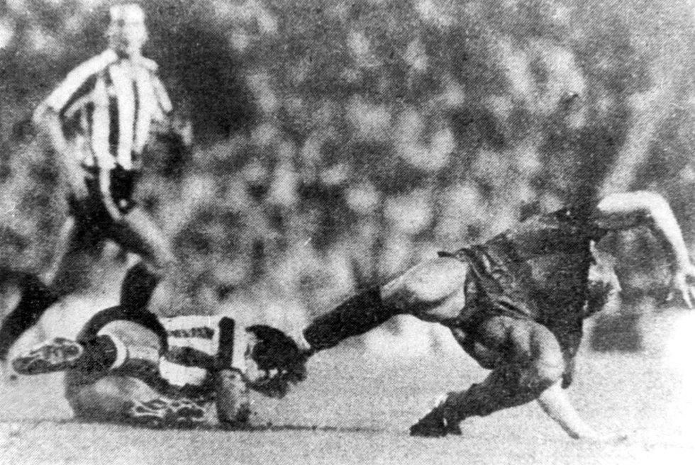 Goikoetxea lesiona a Maradona en un partido entre el Athletic y el Barcelona en 1983.