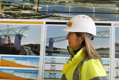 La ministra de Fomento, Ana Pastor, ayer ante un panel de la obra del AVE en el viaducto del Ulla.