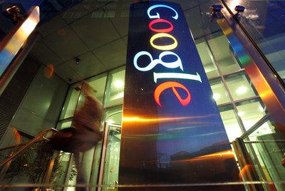 Vista nocturna de la sede de la compañía Google en Dublín, Irlanda.