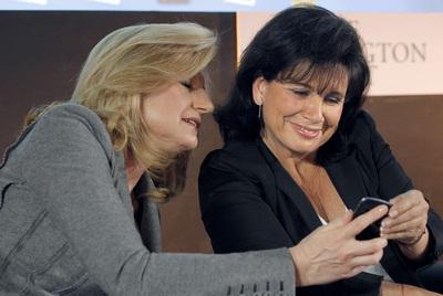 Arianna Huffington y Anne Sinclair, ayer durante la presentación de  Le Huffpo .
