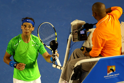 Rafael Nadal se encara con el juez de silla durante su duelo con Tomas Berdych.