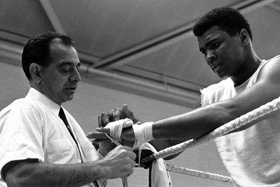 Angelo Dundee venda las manos a Muhammad Ali antes de una sesión de entrenamiento en 1966.