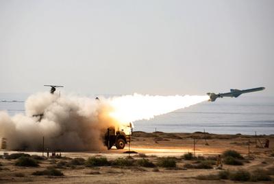 Un misil de largo alcance tierra-mar es lanzado durante unas maniobras militares en el mar de Omán, cerca del estrecho de Ormuz, al sur de Irán, el pasado 2 de enero.