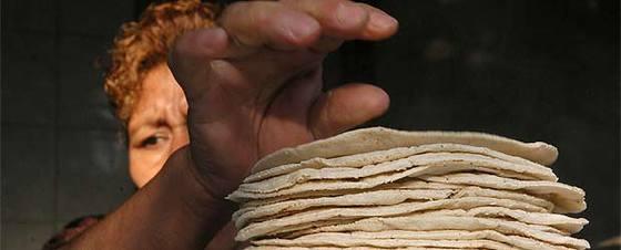 La subida del precio de las tortillas ha causado una agria polémica en el país.