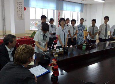 Encuentro con los estudiantes de una escuela en la localidad china de Tianjin.