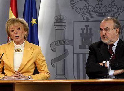 Pedro Solbes y María Teresa Fernández de la Vega, hoy en la rueda de prensa posterior al Consejo de Ministros, en la que el vicepresidente primero del Gobierno ha explicado los detalles del Plan de Estabilidad